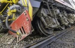 Tren deraiat în stația Săvârșin. Circulația este întreruptă!