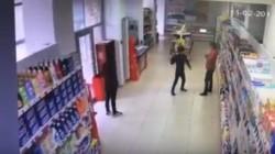 Un tânăr de 20 de ani împreună cu un minor de 15 ani au furat alcool dintr-un supermarket din Arad