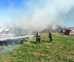 Foc lăsat nesupravegheat a provocat un incendiu la adăpostul de animale din Căpâlnaș