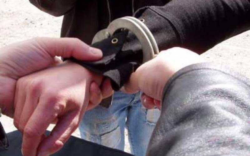 Hoț prins în timp ce fura un telefon mobil din geaca unei femei, în centrul Aradului