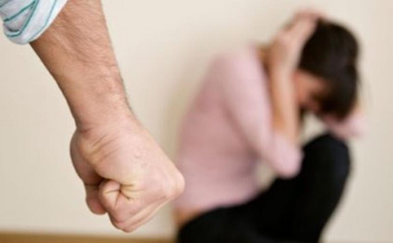 Un arădean și-a amenințat soția cu bătaia și a fost dat afară din casă de polițiști