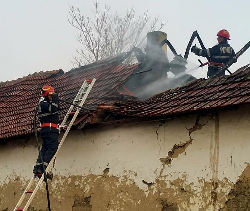 O familie din Grăniceri a rămas fără acoperiș asupra lor