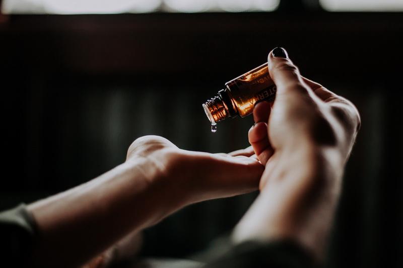 Vrei să încerci un tratament cu ulei de canabis? Iată ce trebuie să știi înainte de toate!