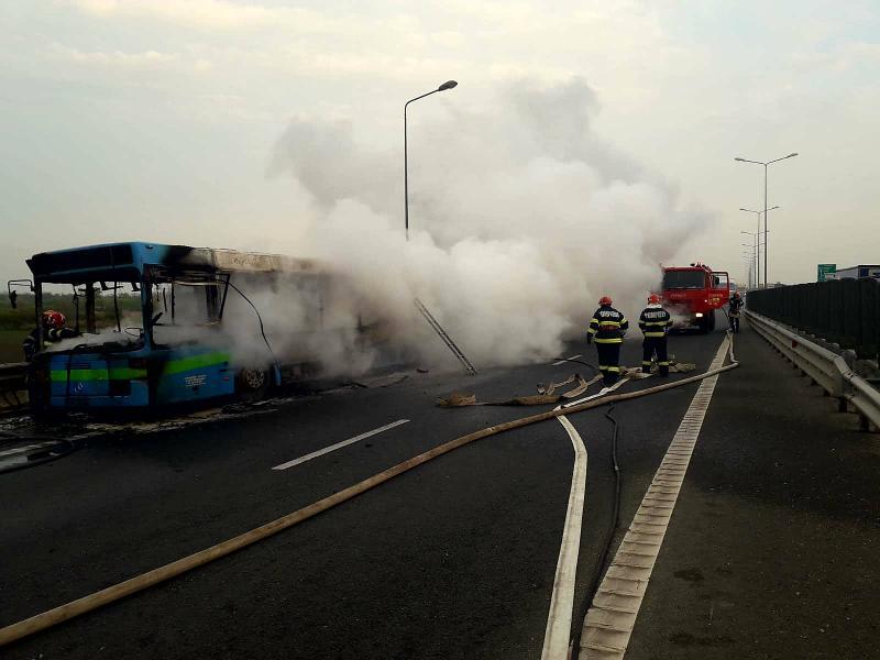 Un autobuz a luat foc în Arad,în apropiere de aeroport