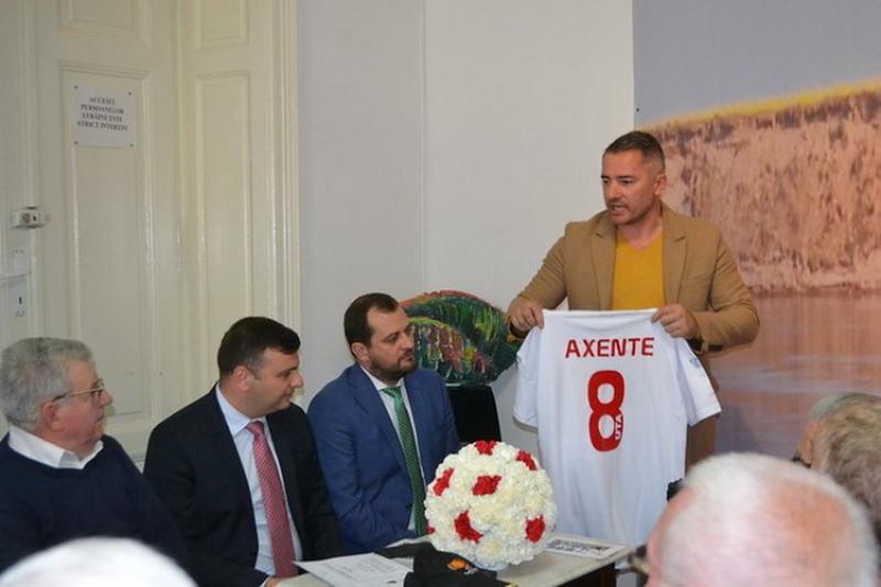 """74 de ani de UTA! """"Campioana Provinciei"""" a sărbătorit prin lansarea volumului """"Mircea Axente, de pe maidanele Aradului în casa campioanei lumii"""""""