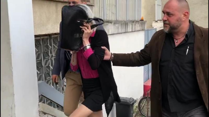 Cei trei travestiți care au atacat un bărbat cu aparatul de electroșocuri au fost reținuți
