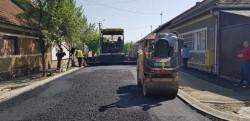 Primul strat de asfalt a fost turnat pe prima strada de pământ din ultimele 55 din municipiu