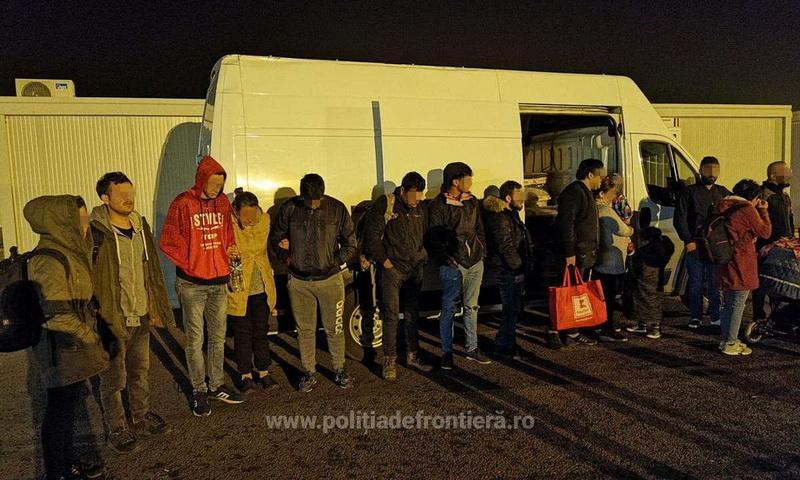 16 cetățeni străini ascunși într-o autoutilitară, depistaţi  la vama Nădlac II