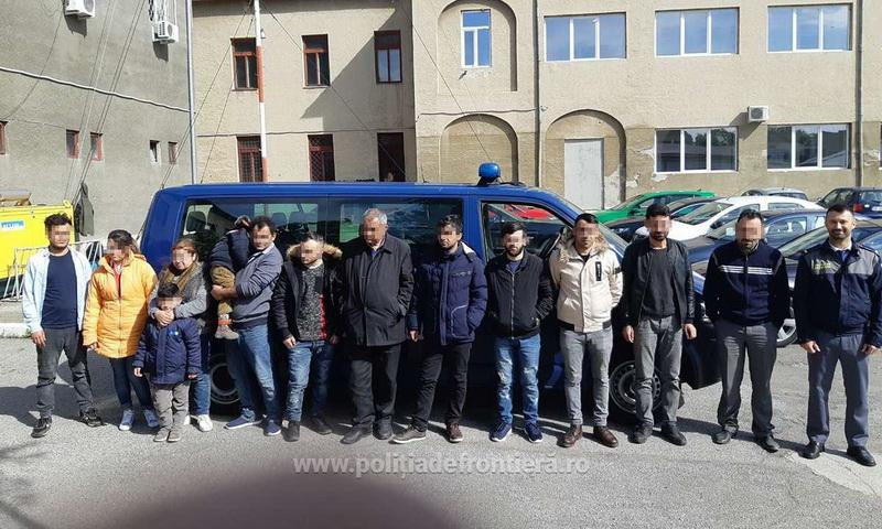 Doisprezece cetățeni străini ascunși într-un automarfar, depistaţi de poliţiştii de frontieră la P.T.F. Nădlac II