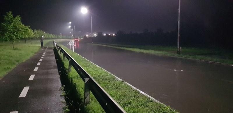 Mai multe zone din oraş inundate după ploaia de duminică