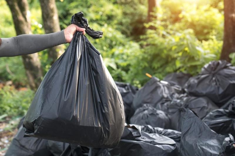 În două zone din județ oamenii stau cu gunoiul în curți de trei săptămâni