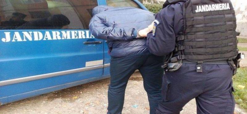 Un bărbat din Șagu a distrus poarta și a intrat cu forța peste soacra lui. Altul, din Peregu Mare a intrat peste fosta soție