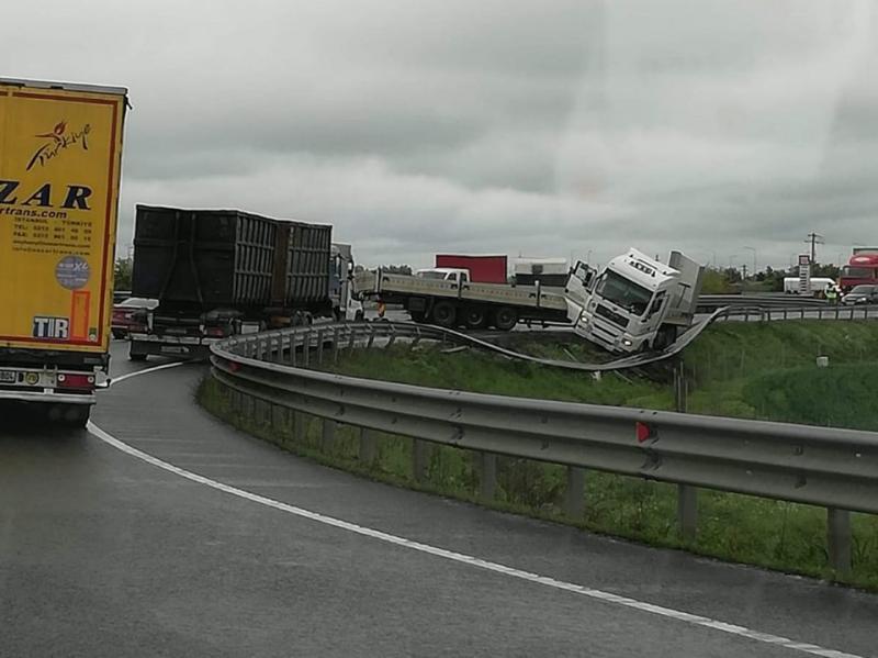Accident la ieșirea de pe Autostrada A1 spre zona industrială! Drumul este blocat