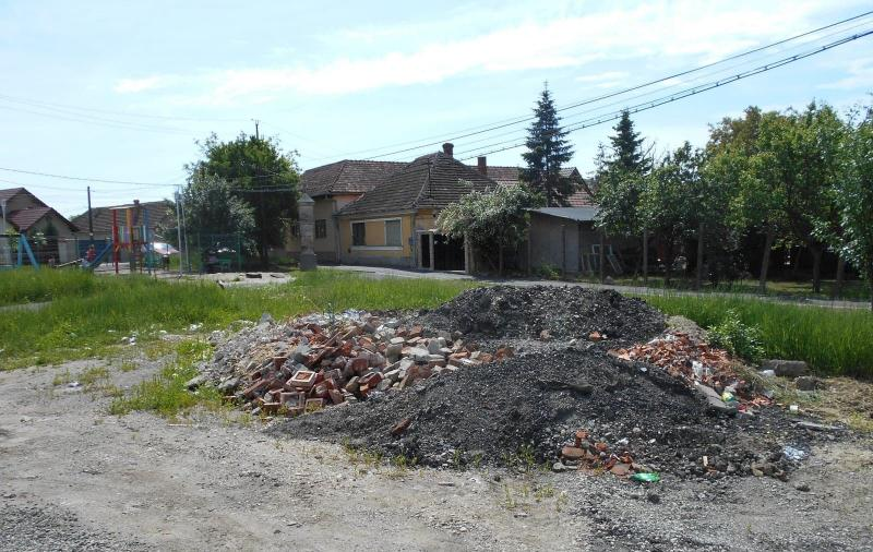 Deșeuri depozitate ilegal pe două străzi din municipiu