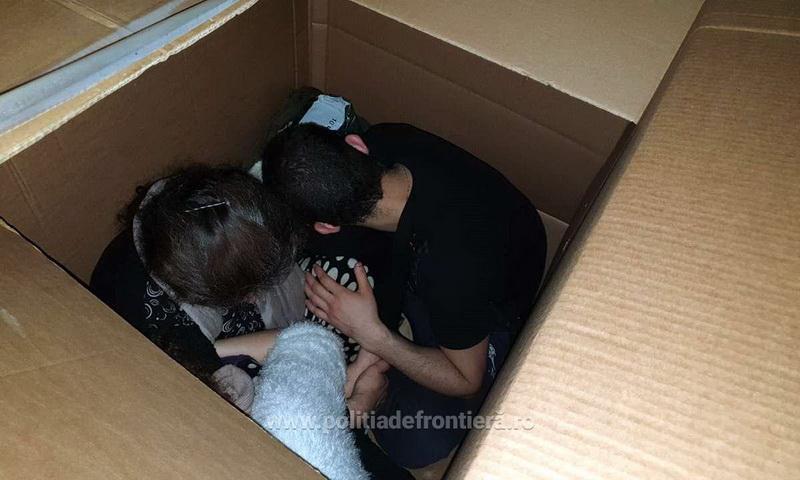 Paisprezece cetățeni străini, ascunși în cutii de carton, într-o autoutilitară, depistaţi la P.T.F. Nădlac II