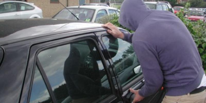Tânăr din județul Timiș bănuit de furtul dintr-un microbuz, prins de polițiștii orașului Sântana