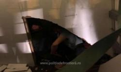 12 străini ascunși într-o autoutilitară, prinși de poliţiştii de frontieră la Vama Nădlac II