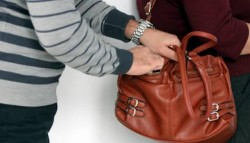 Un hoț a furat o poșetă dintr-un salon de înfrumusețare din Arad
