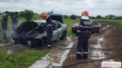 Două autoturisme au luat foc pe câmp la Arad