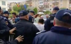 Jandarmii i-au luat cu duba pe toți protestatarii care manifestau la Topoloveni în timpul unei vizite electorale a lui Liviu Dragnea