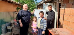 Familia Istrate Dan și Corina, împreună cu preoții Oneț Bogdan și Mureșan Teodor au împărțit electrocasnice unor familii nevoiașe