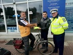 Polițiștii arădeni au împărțit 100 de veste bicicliștilor