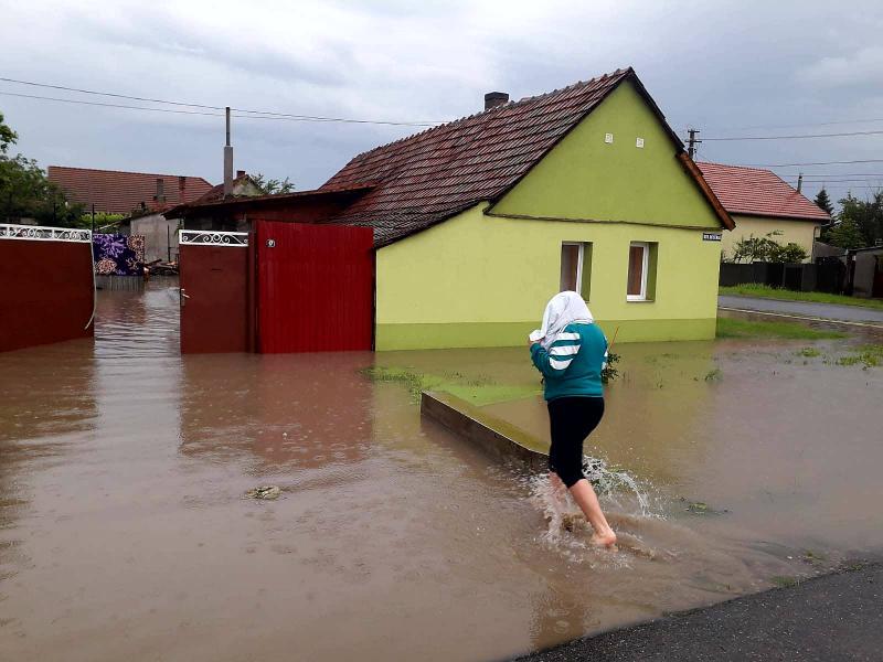 Le-a promis la alegeri dezvoltarea sistemului de canalizare pluvială la Nădlac, azi au inundaţii