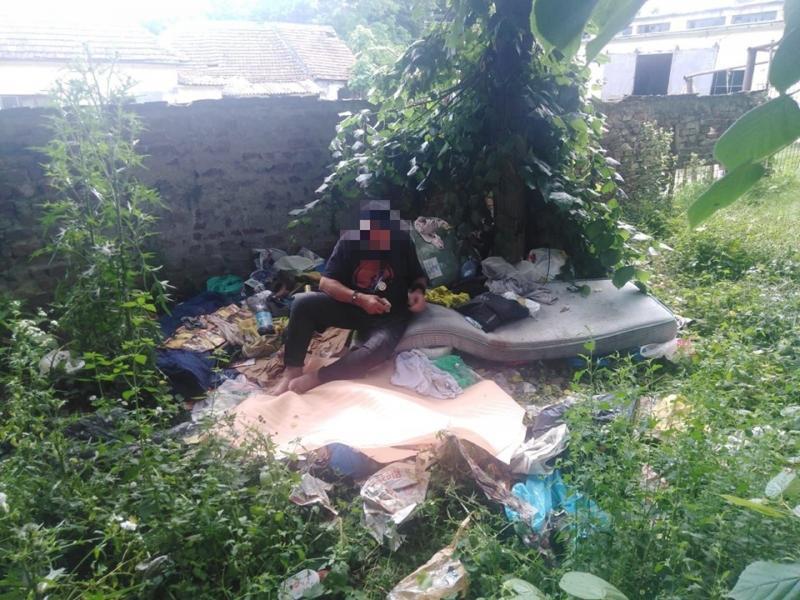 Om al străzii evacuat de polițiștii locali
