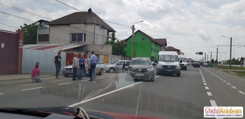 Țipete și nervi în urma unei tamponări între două autoturisme, care a avut loc pe strada Pădurii