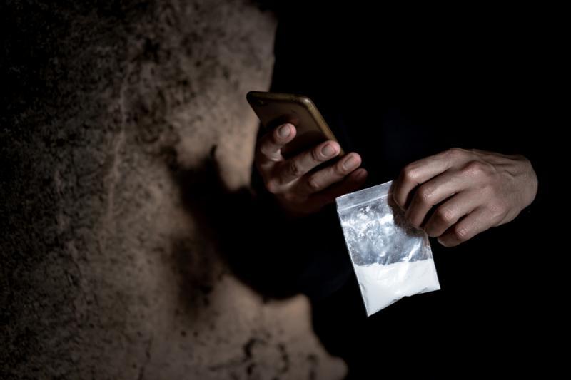 O bătrână de 72 de ani din Oradea a fost prinsă că vindea droguri elevilor
