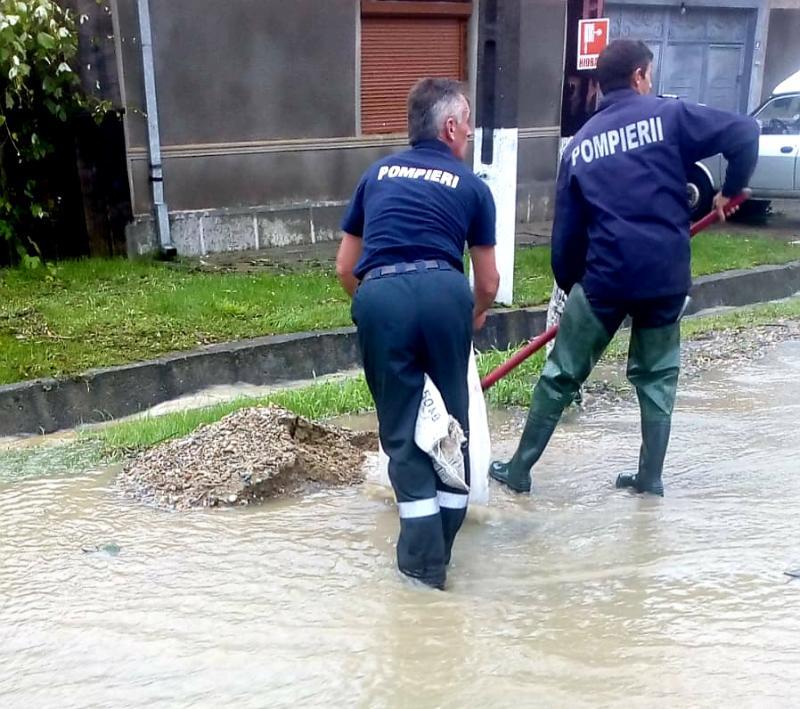 DISPERARE și lacrimi amare pentru locuitorii din Dezna : 30 de gospodării inundate