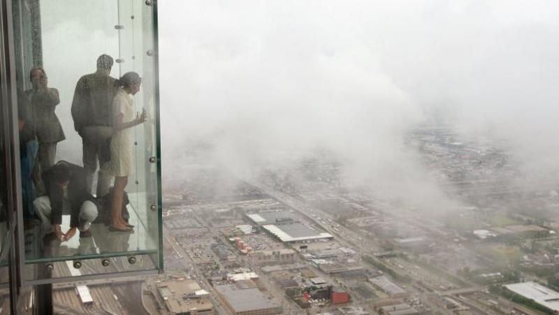 Podeaua de sticlă a unui zgârie-nori a crăpat, la etajul 103, sub picioarele unor turiști