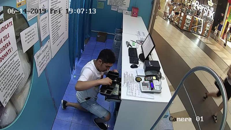 """Tânărul care a """"înţepat"""" două curăţătorii de haine într-o zi din două centre comerciale din Arad"""