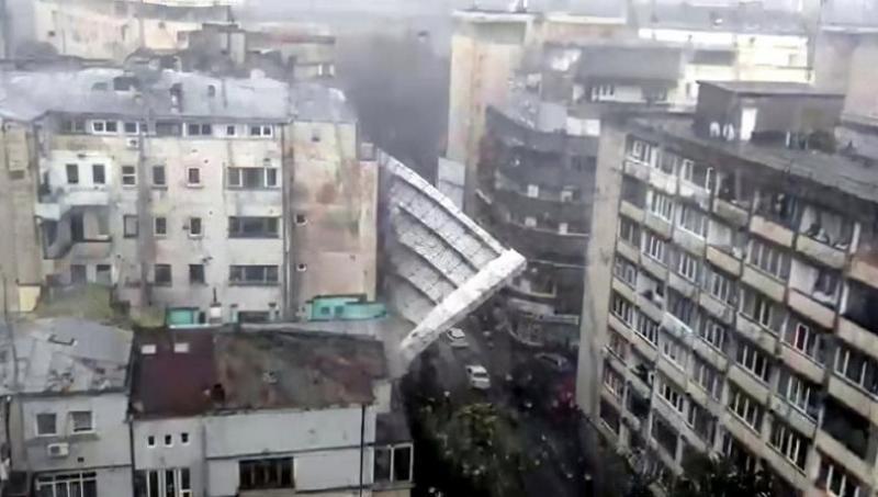 Imagini spectaculoase cu o schelă prabuşindu-se pe o stradă în capitală în urma vijeliei de vineri