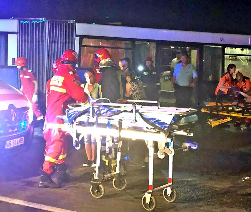 GRAV accident rutier imediat după furtuna de joi seara. Două persoane grav rănite au fost transportate la spital, iar alte 9 au fost rănite