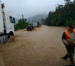 ATENȚIE șoferi ! DN 7 este înghițit de ape între Lipova și Săvârșin