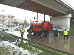 Intervenții pentru îndepărtarea apei acumulate pe carosabil după ce ploaia a blocat mai multe străzi din municipiu