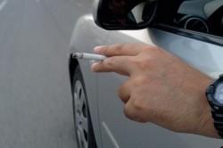 Super-tare! Vezi cum e pus un şofer să-şi ia ţigara în maşină!