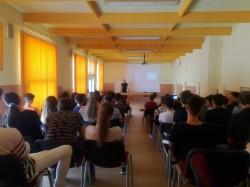 """Elevii Colegiului Național """"Vasile Goldiș"""" au participat la un curs de prevenire a pericolelor din mediul online organizat de polițiști"""