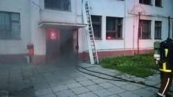 Arde un cămin de muncitori din municipiu! Majoritatea persoanelor evacuate sunt sub influența băuturilor alcoolice