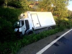 Un șofer mort de beat s-a răsturnat cu camioneta în șanț