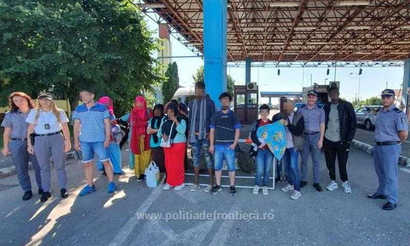 Optsprezece persoane de origine afroasiatică și o călăuză sârbă, depistați la graniţa cu Ungaria