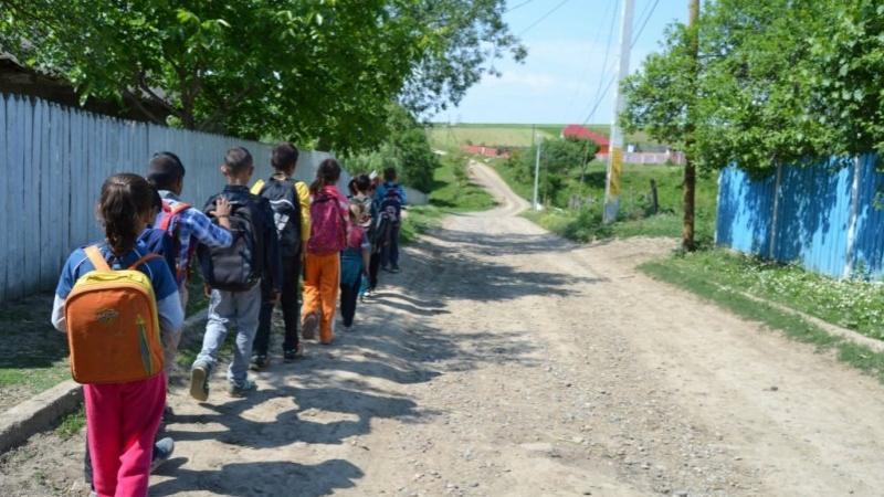 Guvernul lasă elevii navetişti fără bani de transport