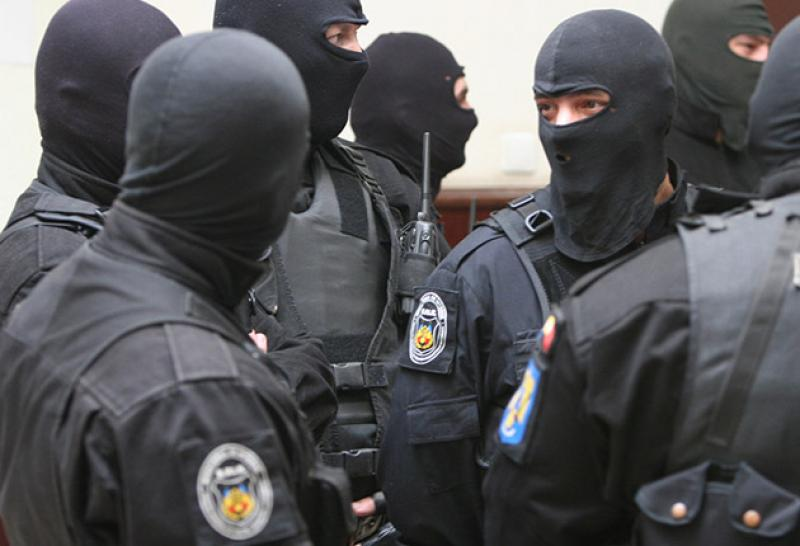 Amplă acțiune la DIICOT Arad! Se fac 21 de percheziții la suspecți de contrabandă cu țigări