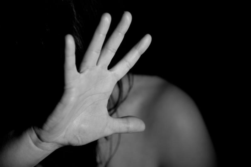 Un arădean este cercetat după ce și-a lovit mama în cap și a amenințat-o cu moartea