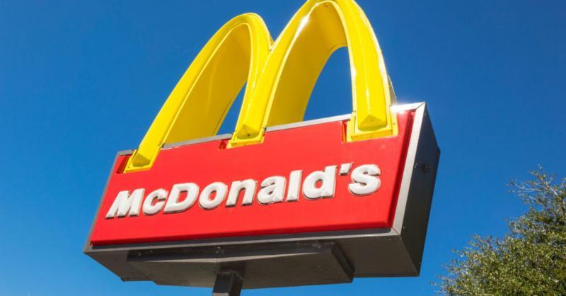 """Un bărbat a intrat cu mașina direct în McDonald""""s"""