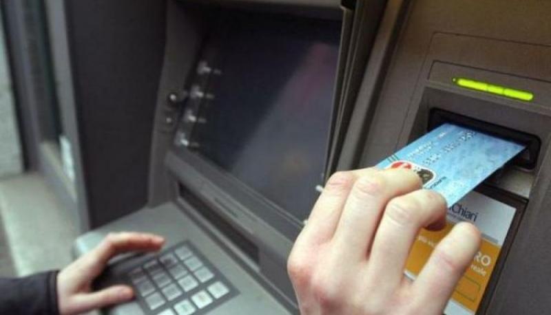 """O nouă metodă de furt: Ce este """"bucla libaneză"""" și ce trebuie să faceți dacă bancomatul vă """"înghite"""" cardul. Avertismentul polițiștilor"""