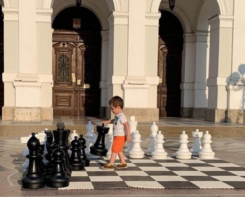 Aradul intră în febra șahului