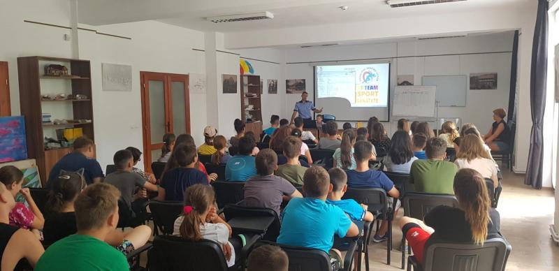 Zeci de copii aflați în tabără la Căsoaia au desfășurat activități împreună cu polițiștii de la Prevenire