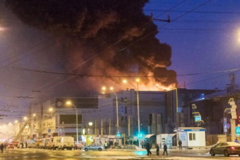 O fabrică de mobilă în Oradea a ars din temelii. Paznicul a ajuns cu arsuri la spital